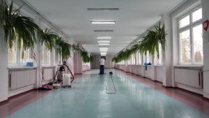 Czyszczenie podłogi w szkole podstawowej.
