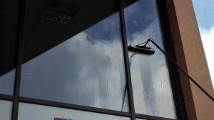 Mycie, czyszczenie powierzchni szklanych w budynkach biurowych w Poznaniu